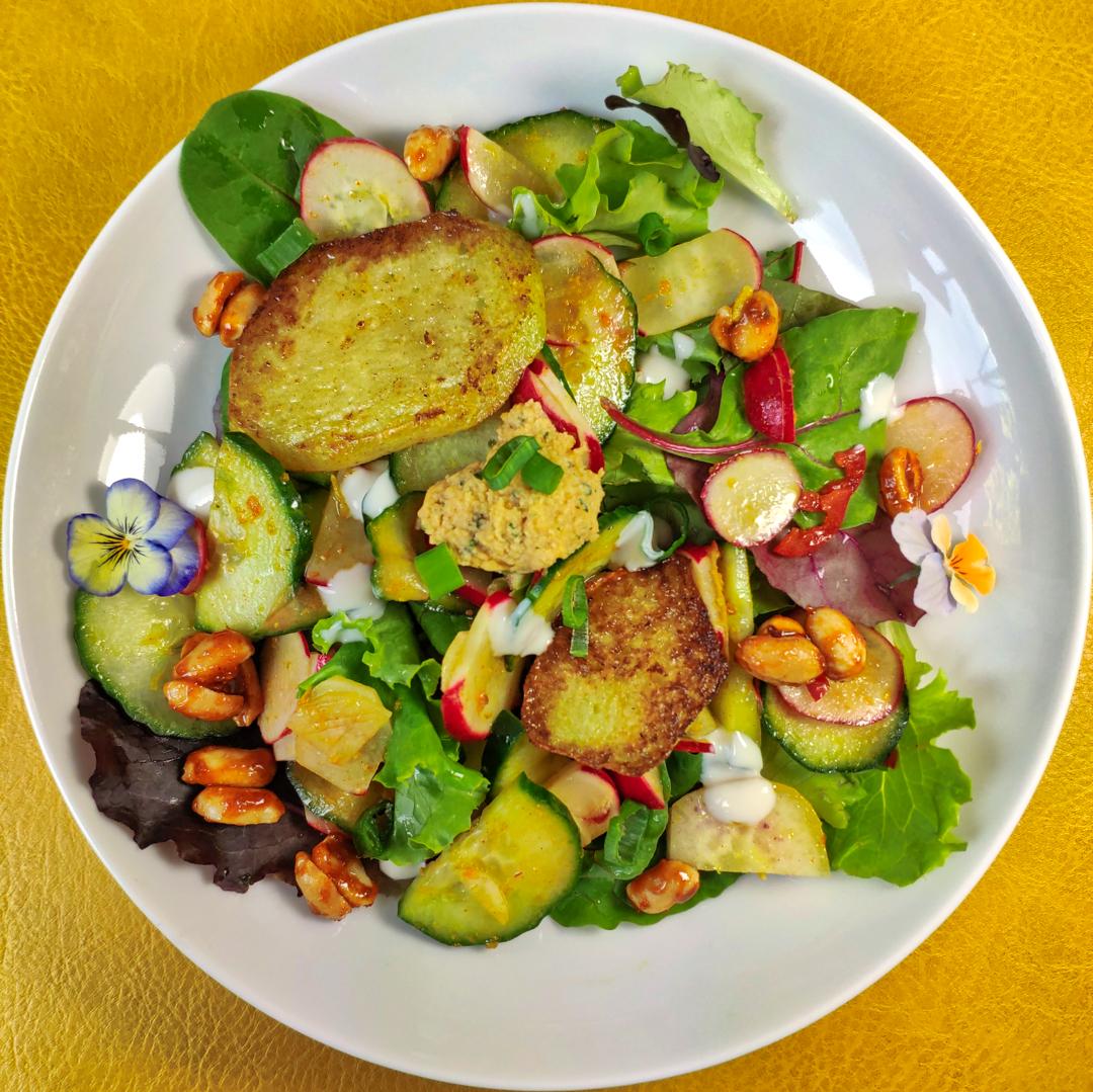 Bowl mit Hummus, Salat und Dressing, wahlweise mit Curry-Kohlrabi-Steaks und Radieschensalat mit gerösteten Limetten-Chili-Erdnüssen